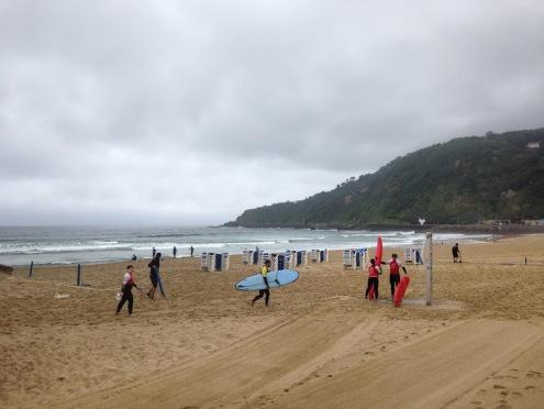 Surfers bereiden zich voor op de golven op Playa de La Zurriola (Surfers Beach)