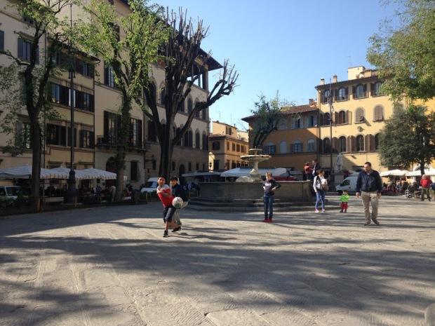 Voetballend jeugd op piazza santo spirito