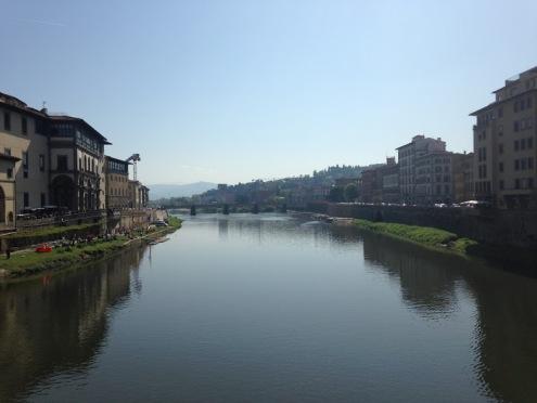 Uitzicht over de Arno rivier vanaf Ponte Vecchio