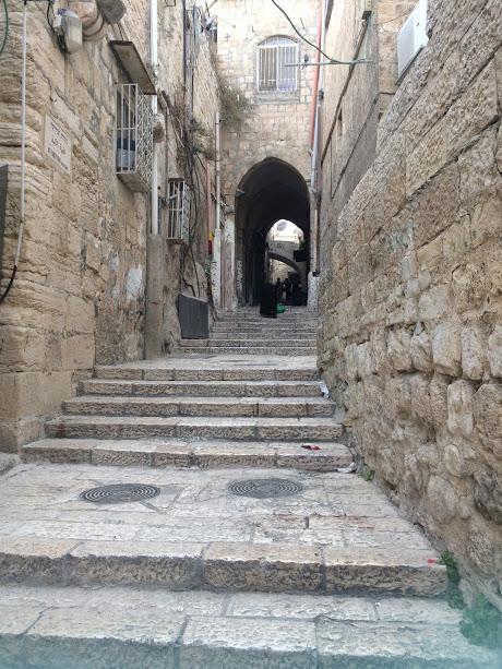 Een ongewoon rustig straatje in de oude stad