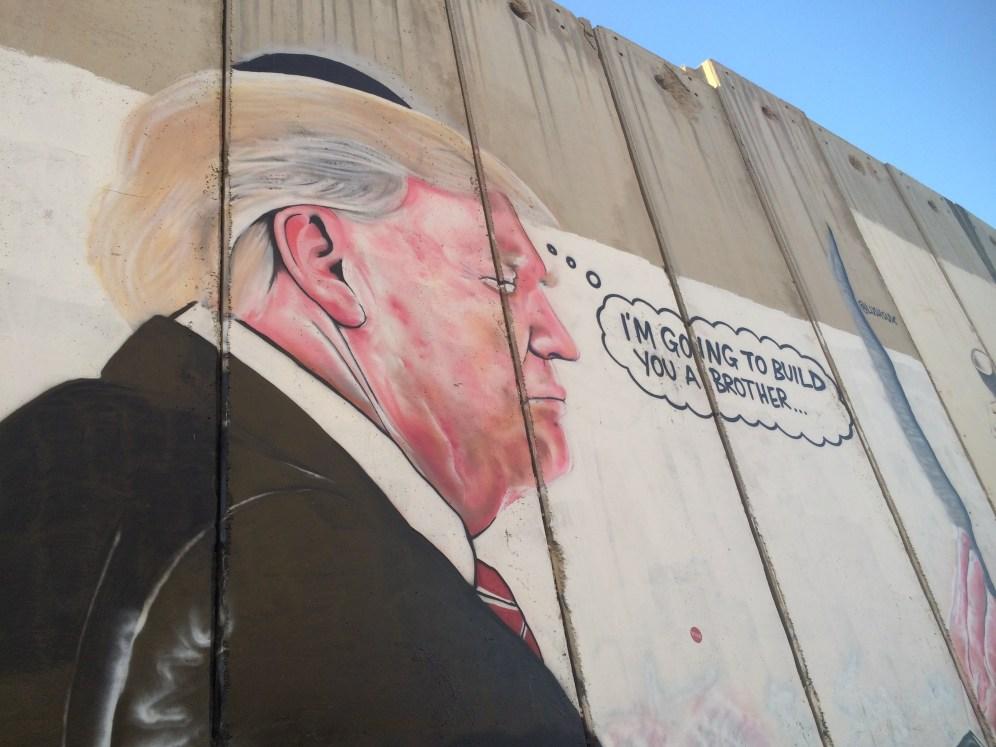 Met name president Trump is goed vertegenwoordigd op de muur..