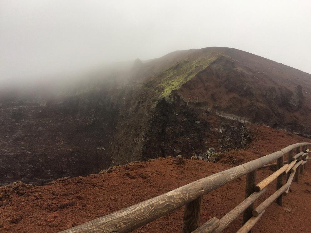 Wolken boven de krater