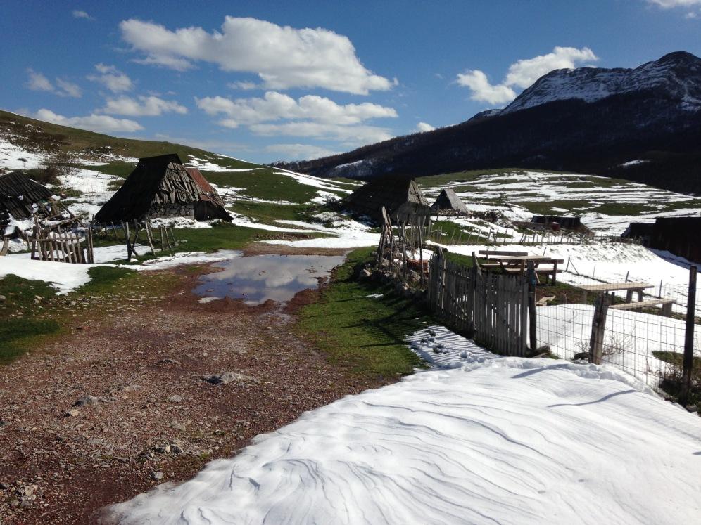Kleine huisjes in het Bjelašnica gebergte