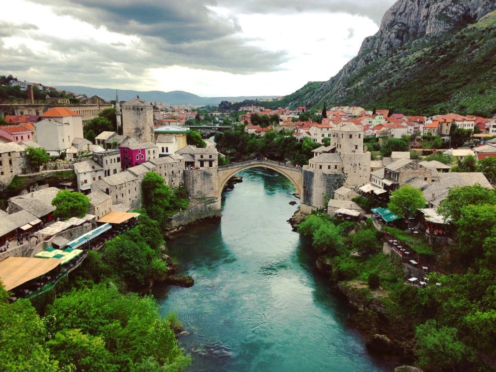 Uitzicht op de Stari Most vanaf de Koski Mehmed Paša moskee