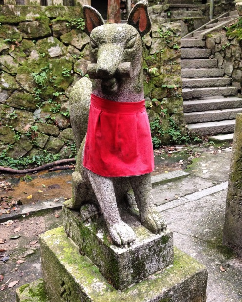 Een heilige vos in rood kostuum