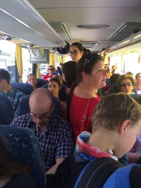 Gezellig druk in de bus